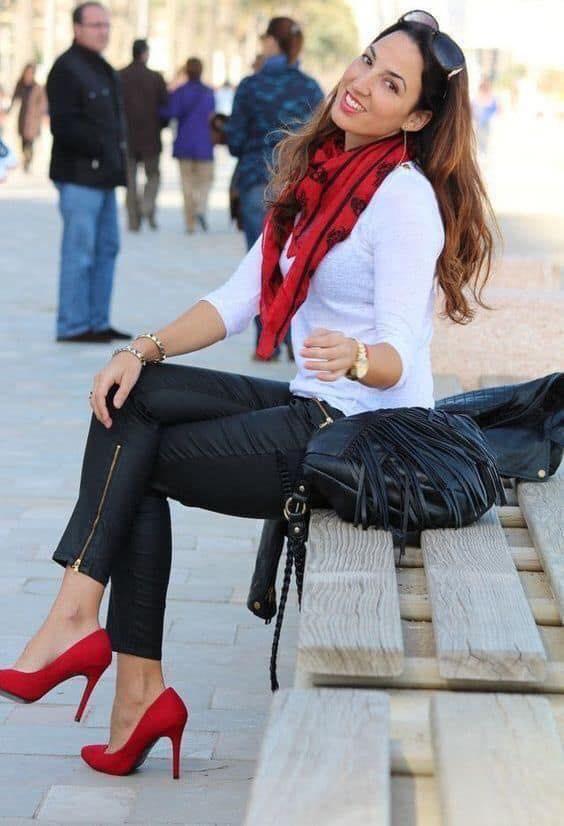 Bufanda y tacones rojos en look de mujeres maduras