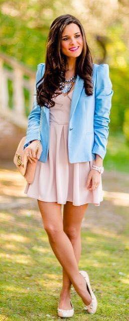 Color azul cielo para blazer con vestido en mujeres maduras