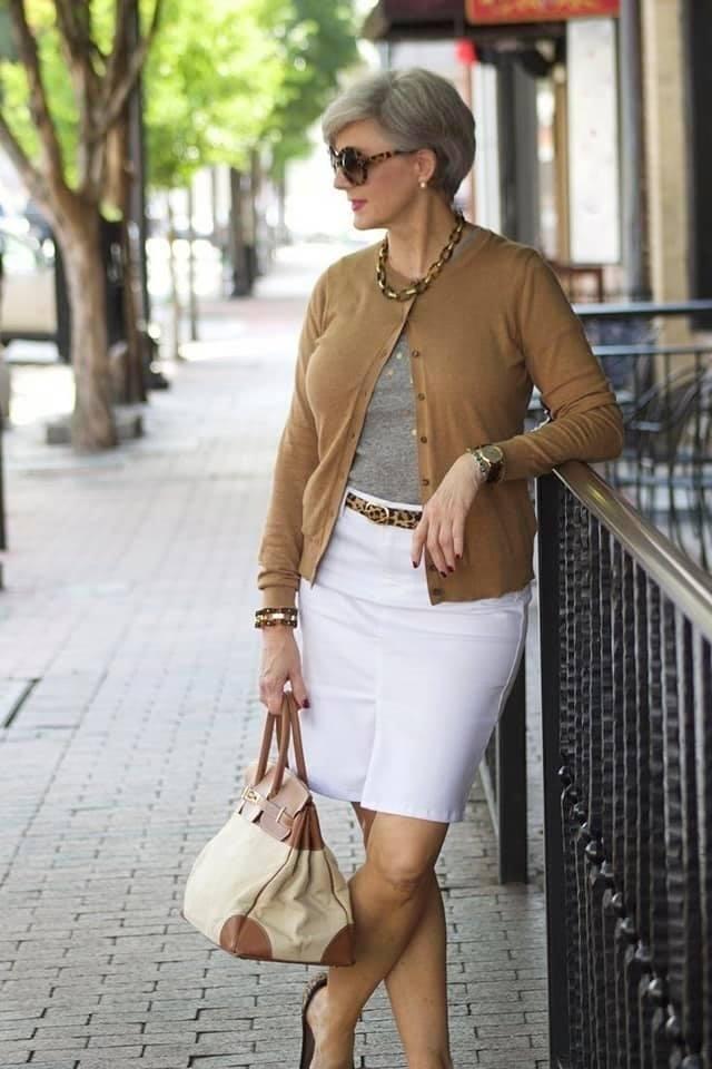 Combinación con falda en mujeres maduras de 50 años o más