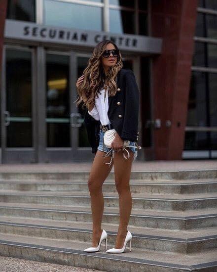 Combinación de blazer con shorts y tacones
