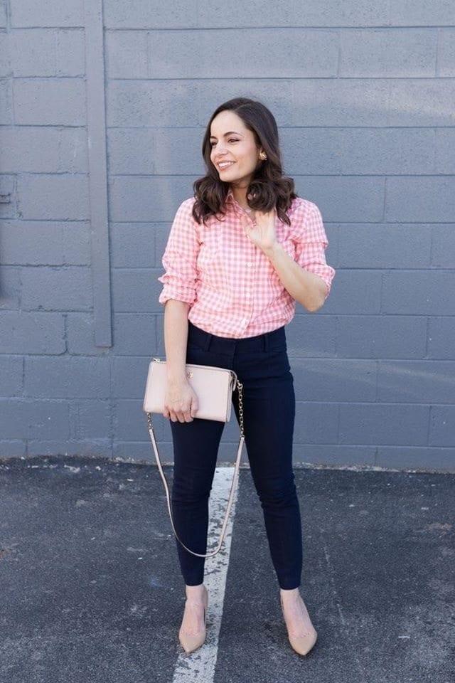 Combinación de blusa a cuadros y jeans en chicas petite