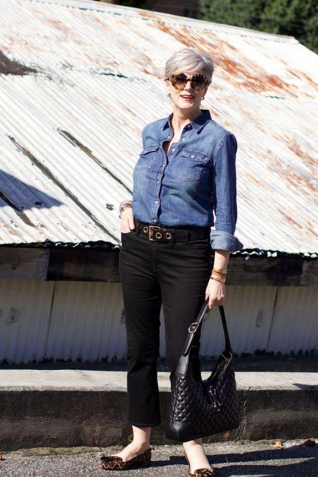 Combinación de blusa de mezclilla y jeans oscuros para outfit moderno con estilo