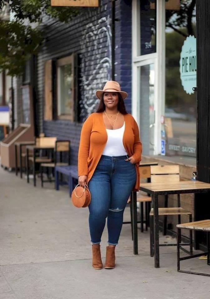 Combinación de colores de otoño en outfit de chica con curvas