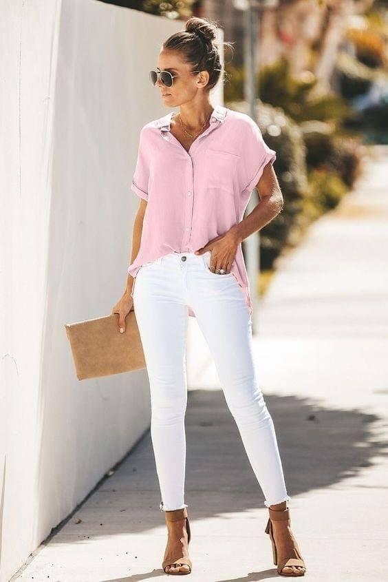 Combinación de outfit en rosa y blanco para mujeres maduras
