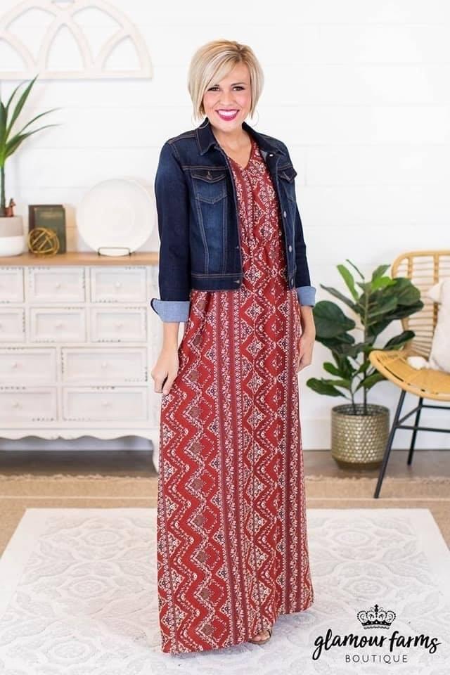 Combinación de vestido con chamarra de mezclilla para mujeres maduras