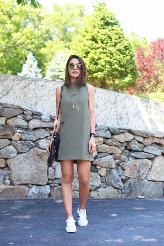 Combinación de vestido y tenis para mujeres maduras