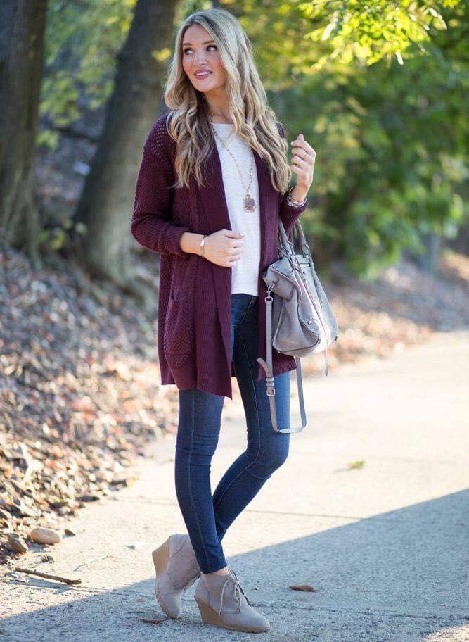 Cómo combinar un saco color vino con jeans de mezclilla