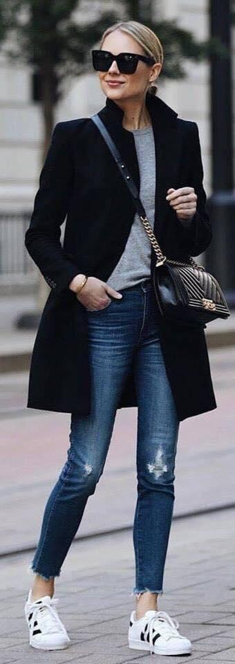 Cómo combinar un saco negro con un look casual en mujeres maduras