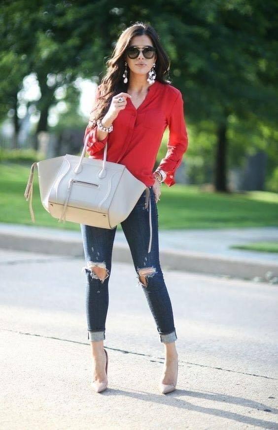 Cómo lucir glamurosa con pantalones desgastados