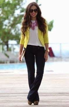 Cómo lucir un blazer amarillo en un look casual