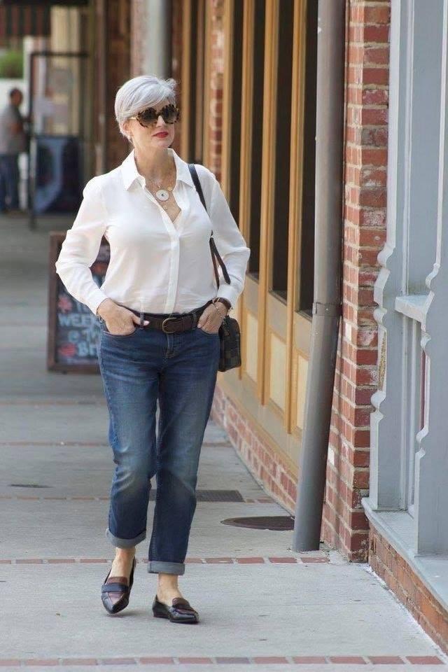 Estilo casual con blusa y jeans para mujeres de 40 años o más