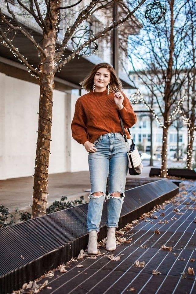 Jeans desgastados con fajado francés para mujeres maduras en temporada de frío