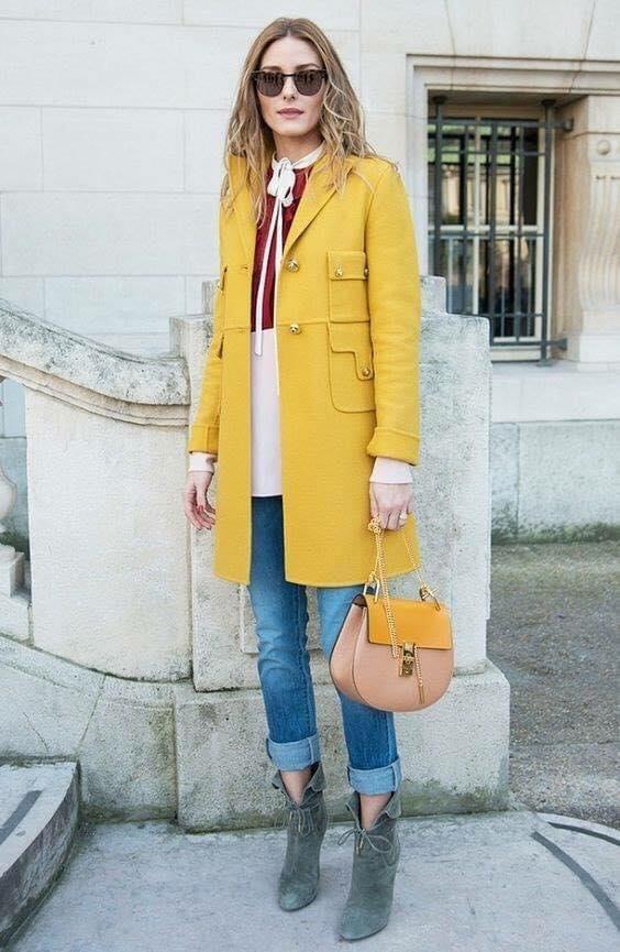 Jeans y saco amarillo para outfit casual