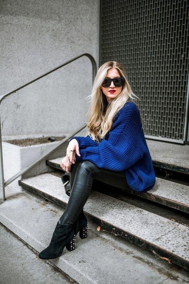 Leggins de cuero en combinación con maxi suéter para mujeres mayores