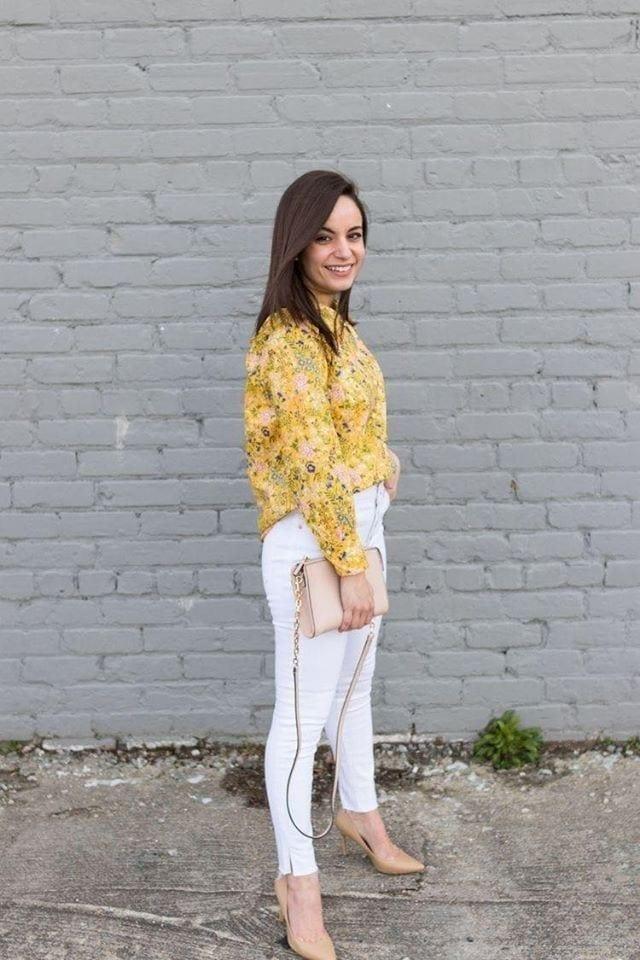 Look casual con blusa amarilla para mujeres bajitas