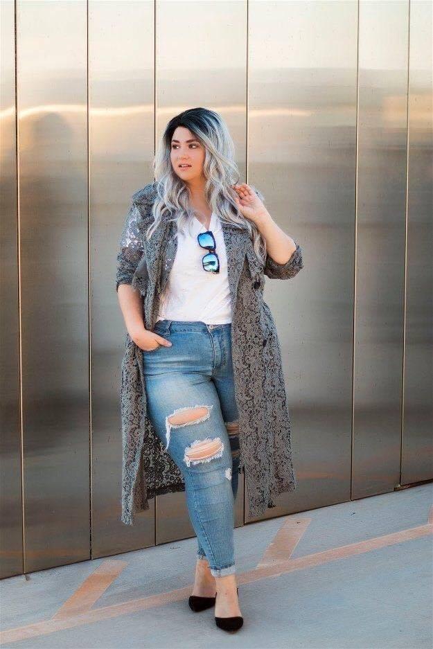 Look con jeans desgastados y suéter tejido en outfit de chicas con curvas