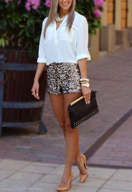 Look glam de mujeres maduras con shorts y tacones