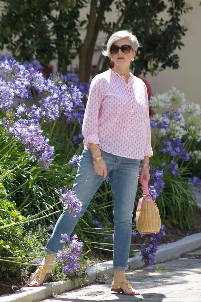 Look sencillo con blusa en color rosa para mujeres maduras y modernas con estilo