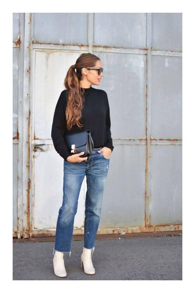 Look sencillo con suéter negro y jeans para mujeres maduras