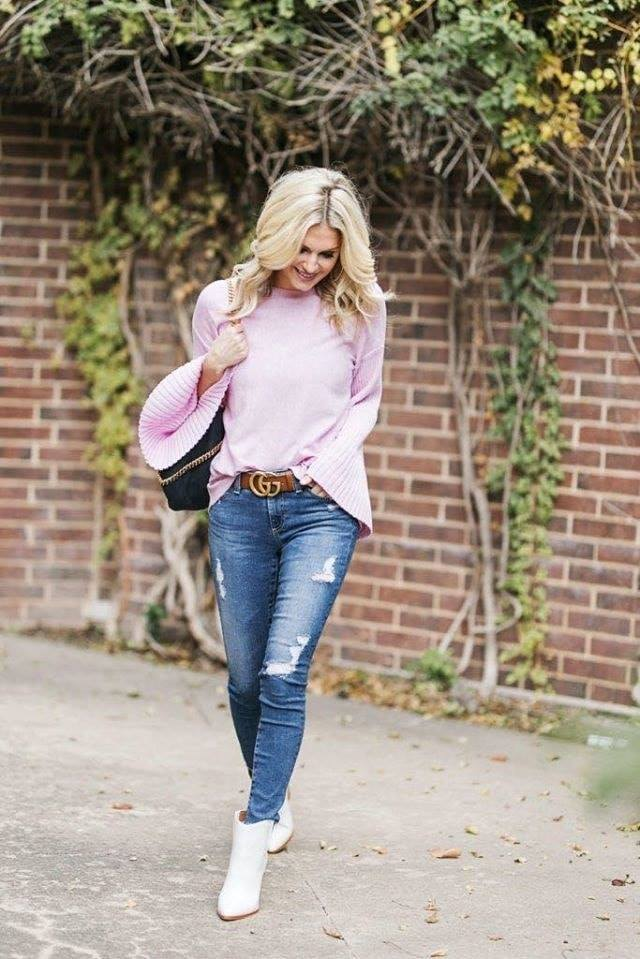 Look sencillo para mujeres maduras con botas blancas