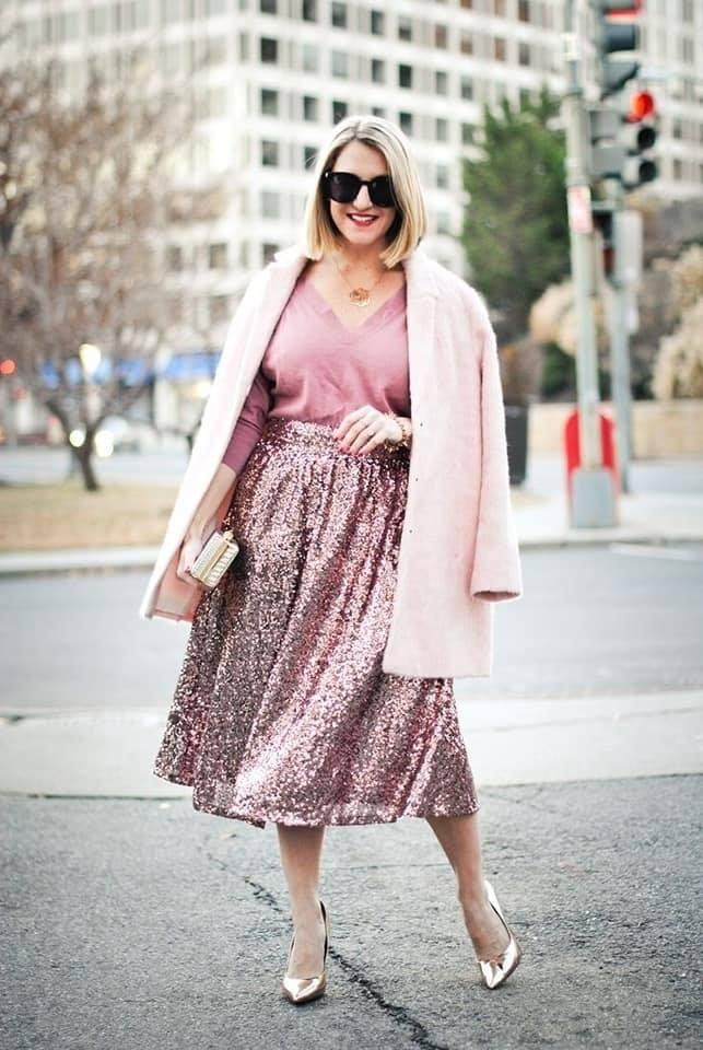 Maxi falda brillante en outfit de mujeres maduras