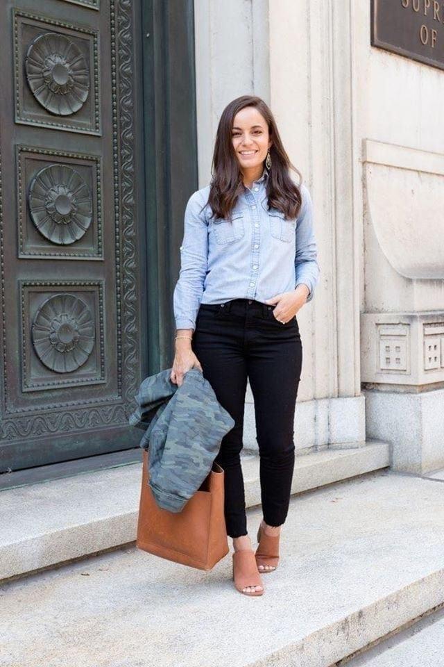 Mezclilla y jeans negros en outfit casual de mujeres bajitas