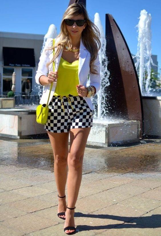 Outfit colorido con shorts y tacones abiertos