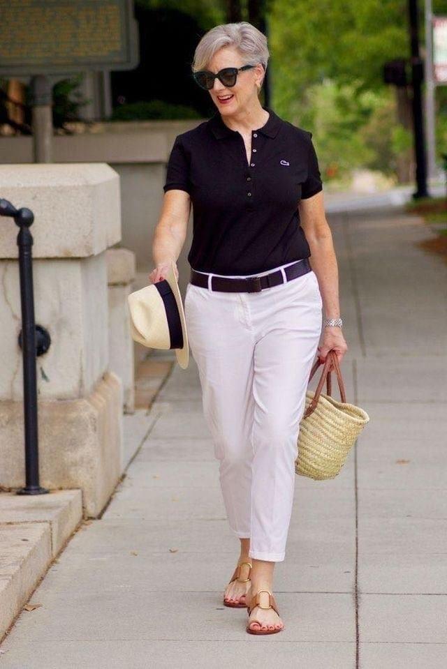 Outfit cómodo con blusa polo y pantalones de tela para mujeres maduras y modernas