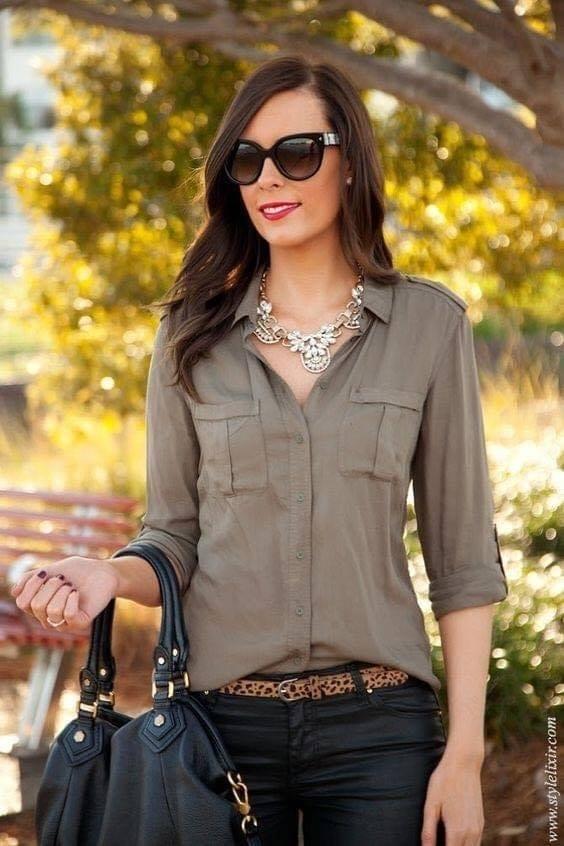 Outfit con colores lisos para mujeres de 40 o más