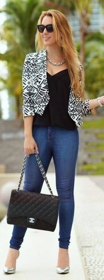 Outfit de blazer con patrón para mujeres modernas