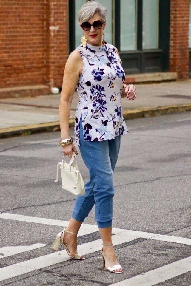 Outfit floral para mujeres maduras con estilo