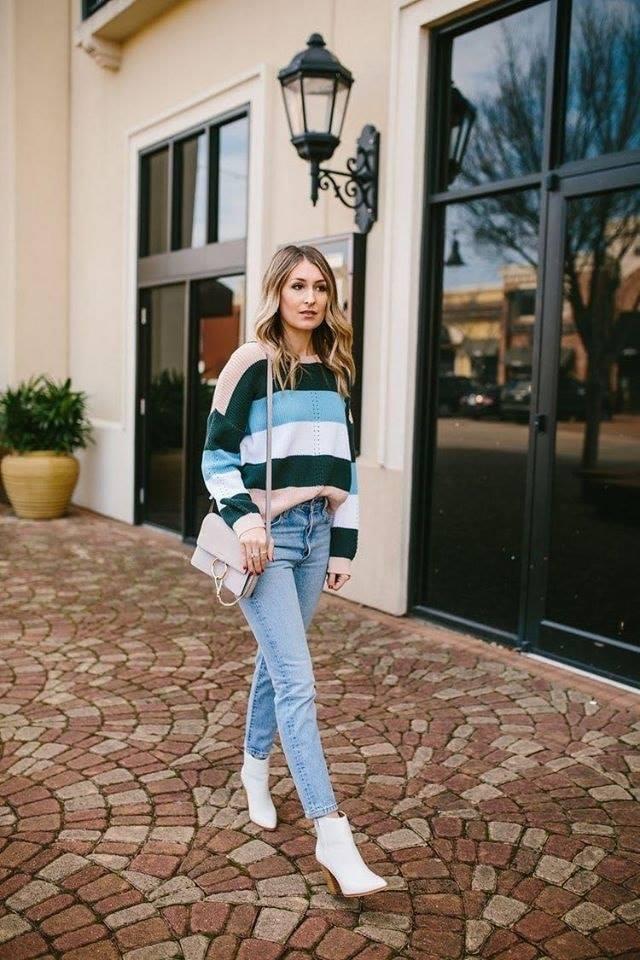 Outfit para mujeres maduras durante la temporada de frío con suéter de rayas