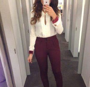 Pantalones de color vino para outfit de mujeres de 40 o más