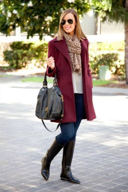Saco color vino en outfit de mujeres de 40 o más