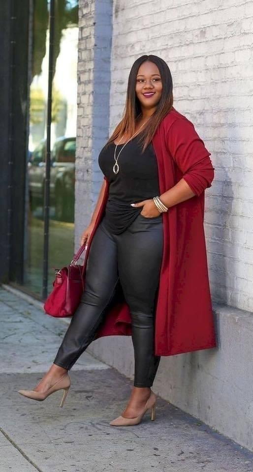 Suéter en color rojo en outfit de mujeres con curvas
