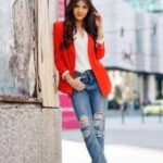 jeans rasgados con blazers para outfits de mujeres maduras (1)