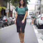 Outfits con faldas abajo de la rodilla para mujeres maduras
