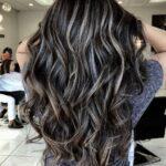 Ideas de cabello negro con luces plata