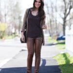 Looks con pantalón de vinipiel para mujeres maduras