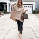Looks para mujeres maduras con suéter y botines café