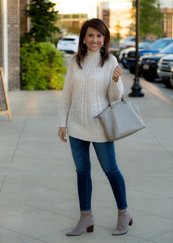 Outfits casuales con suéter para mujeres maduras