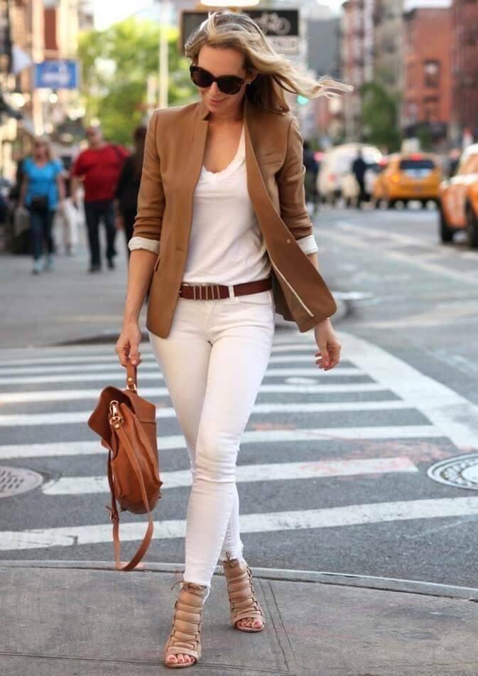 Outfits con blazers marrón y pantalón blanco