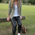 Outfits con pantalón de vinipiel con tenis