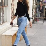 Blusas básicas negras con jeans