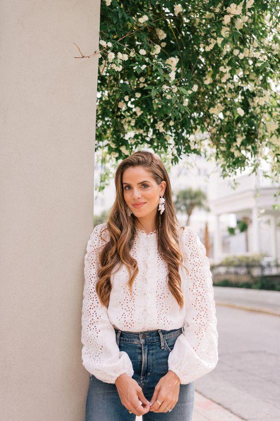 Looks casuales con jeans y blusas blancas
