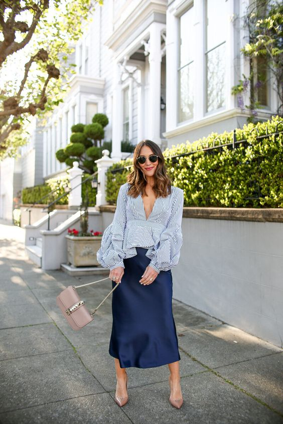Faldas de satin con tacones para mujeres de 40