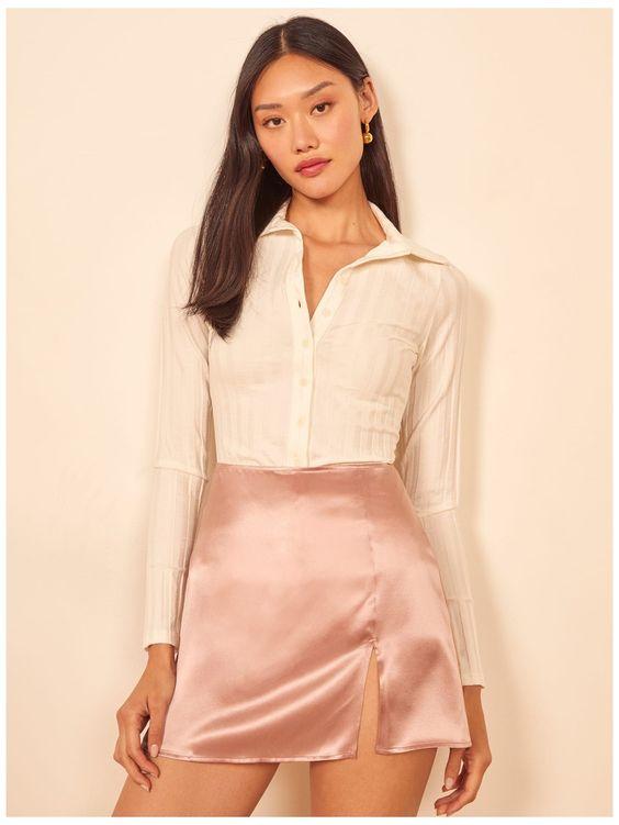 Ideas de outfits con faldas de satin cortas para mujeres de 40