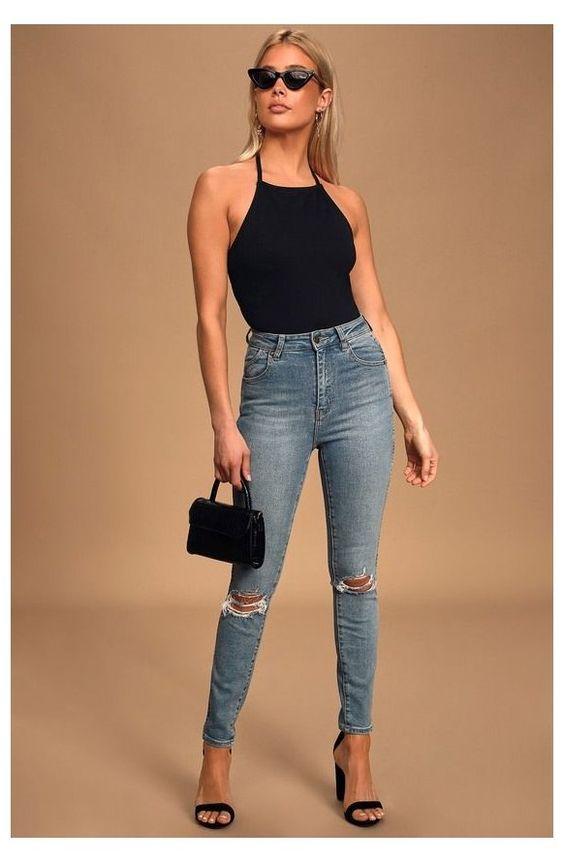 Outfits con blusas negras, jeans y tacones