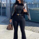 Looks para mujeres maduras con jeans negros acampanados
