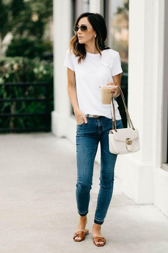 Outfits con camisetas básicas y jeans